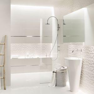 Aranżacja białej łazienki z płytkami z kolekcji All in White. Fot. Tubądzin