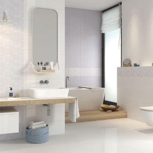 Aranżacja białej łazienki z płytkami z kolekcji Glamour. Fot. Opoczno