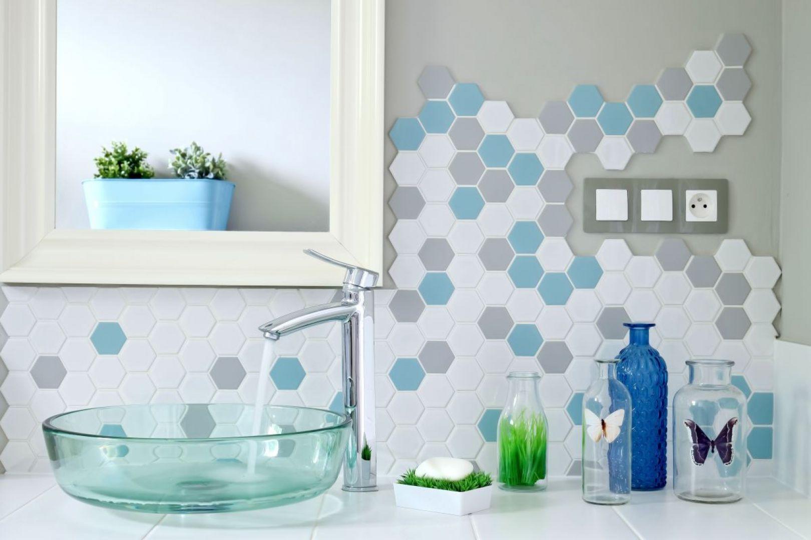 Mozaika Heksagon Duży w różnych kolorach: białym, szarym i miętowym zdobi ścianę nad umywalką. Fot. Raw Decor