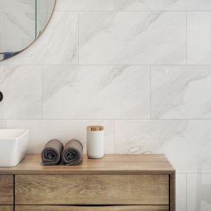 Płytki ceramiczne z kolekcji Marble Charm elegancko zdobią ścianę w strefie umywalki. Fot. Opoczno