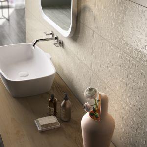 Ścianę w strefie umywalki wykończono eleganckimi płytkami 3D z subtelnym zdobieniem z kolekcji Poetique. Fot. Imola Ceramica
