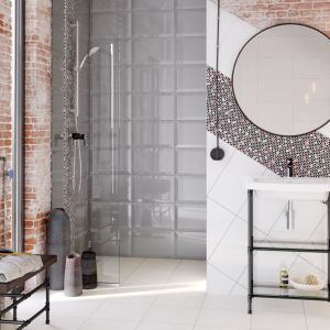 Ścianę w strefie umywalki wykończono płytkami z dekorem z kolekcji Ponti. Fot. Cersanit