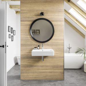 Całą ścianę w strefie umywalki wykończono panelami PVC Kerradeco z dekorem African Wood. Fot. Vox