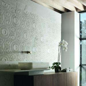 Piękne marmurowe płytki z fakturą 3D z kolekcji Merletto zdobią ścianę w strefie umywalki. Fot. Kreoo