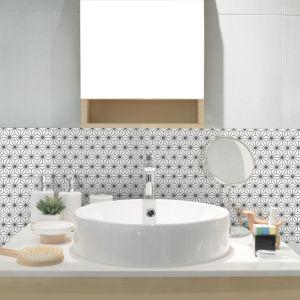 Piękna mozaika ceramiczna Constellation zdobi ścianę w strefie umywalki. Fot. Raw Decor
