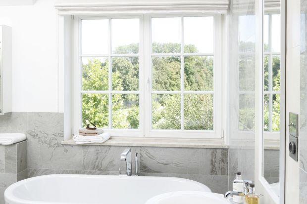Jeżeli jesteśmy szczęśliwymi posiadaczami łazienki z oknem, warto urządzić przy nim strefę kąpieli z wygodną wanną.