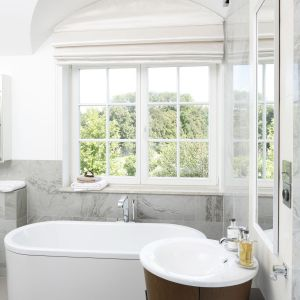 Łazienka z wanną przy oknie. Proj. Ventana. Fot. Bartosz Jarosz