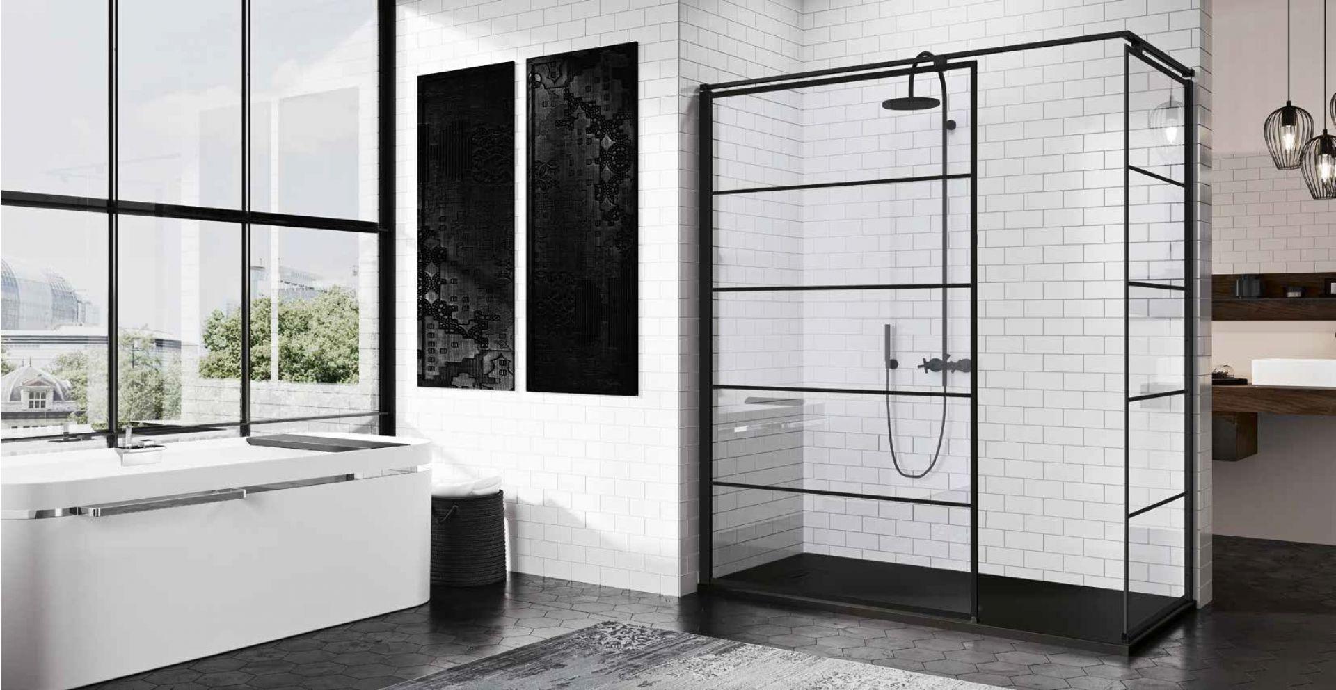 Kabina prysznicowa prostokątna typu walk-in Kuadra H firmy Novellini z czarnymi profilami i dekoracyjnymi pasami. Fot. Novellini
