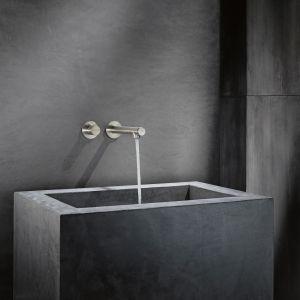 Bateria umywalkowa ścienna z serii Uno marki Axor w wykończeniu chrom, ale szczotkowany. Fot. Axor