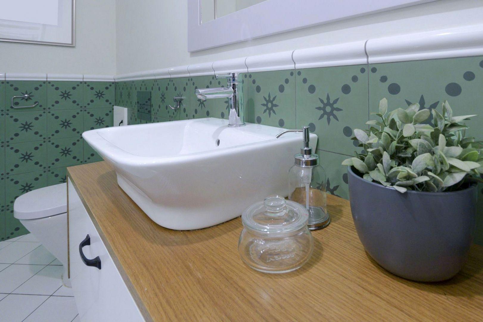 Wnętrza całego domu zaprojektowano w stylu zbliżonym do prowansalskiego, dlatego łazienka na parterze swoją stylistyką także musiała współgrać z resztą domu. Fot. Jacek Gadaj