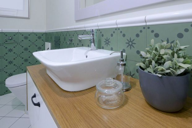 Architekci z TWORZYWO studio dostali jasne wytyczne – stworzyć dom nieco w stylu prowansalskim, z nutą nowoczesności i bardzo przytulny. Zaprojektowana przez nich zielona łazienka wpisuje się w tę estetykę.