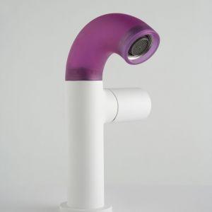 Bateria umywalkowa z serii Pop marki Zazzeri z silikonową nakładką na wylewkę w kolorze fioletowym. Fot. Zazzeri