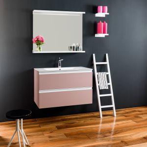 Zestaw umywalka i szafka podumywalkowa z serii Dedalo marki Xilon w różowym kolorze. Fot. Xilon