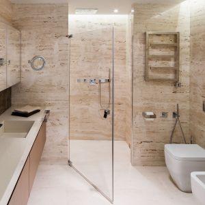 Łazienka ze strefą prysznica bez brodzika. Proj. Anna Fodemska. Fot. Bartosz Jarosz