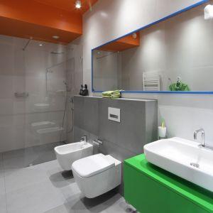 Łazienka ze strefą prysznica bez brodzika. Proj. Konrad Grodziński. Fot. Bartosz Jarosz