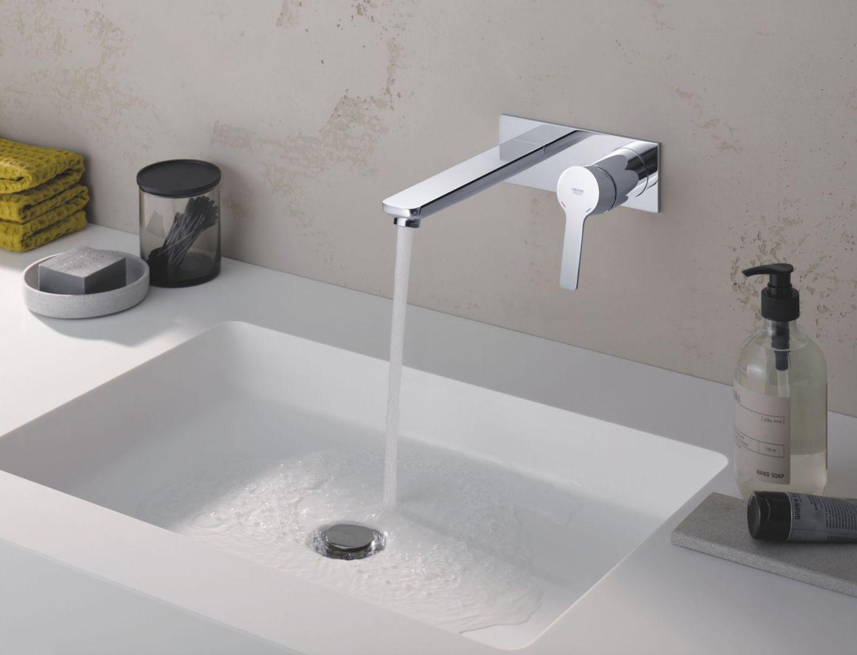 Bateria umywalkowa ścienna z serii Lineare. Fot. Grohe