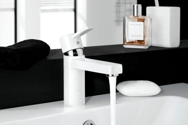 Chrom przestał bezwzględnie dominować w przestrzeniach łazienek. Coraz chętniej sięgamy po baterie w innych kolorach. Na przykład w białym.