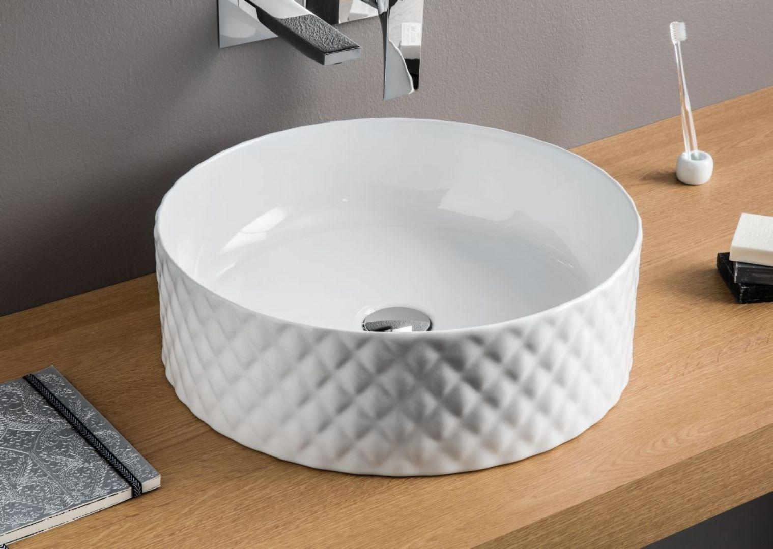 Okrągła nablatowa umywalka z trójwymiarowym wzorem Rombo marki Artceram. Fot. Artceram
