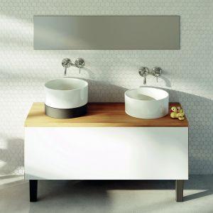 Okrągła umywalki Duo i Duo II (na czarnym postumencie) marki Marmorin Design. Fot. Marmorin Design