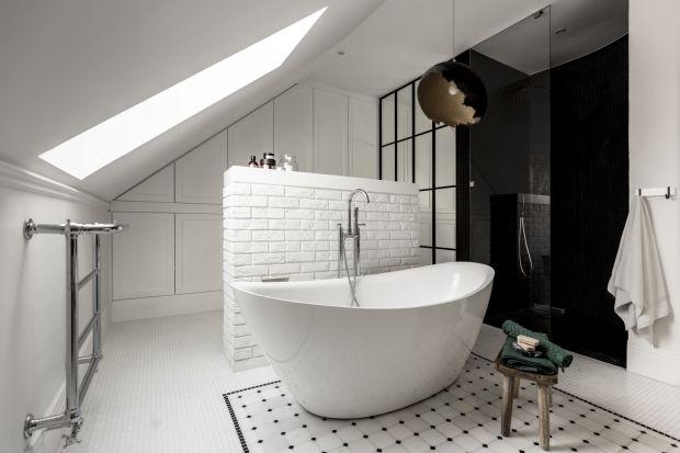 Salon kąpielowy urządzony w jednorodzinnym domu pod Warszawą urzeka nastrojem rodem z Paryża. Klasycyzujące formy i ponadczasowa kolorystyka zbudowały w pomieszczeniu niezwykły klimat sprzyjający relaksowi.