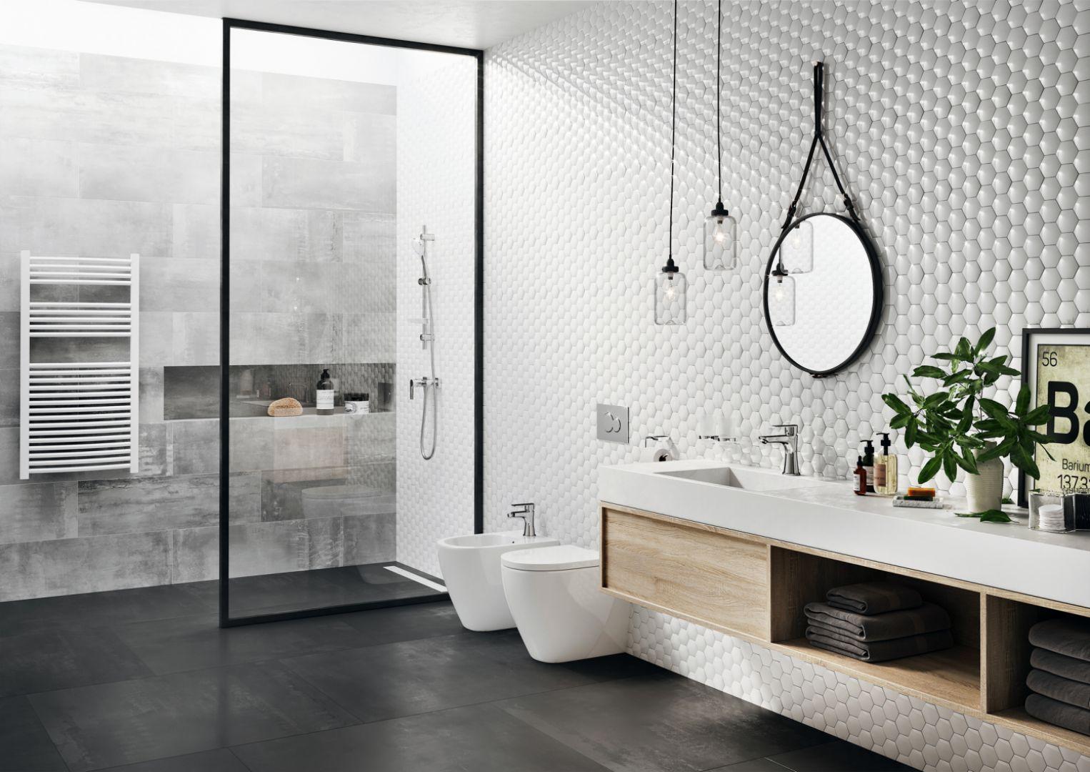 Łazienka w stylu skandynawskim z okrągłym lustrem zawieszonym na skórzanym pasku; na zdjęciu bateria umywalkowa Algeo Square marki Ferro. Fot. Ferro