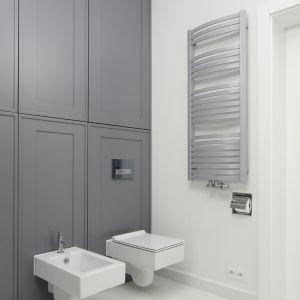 Szara łazienka w klasycznym stylu. Proj. Ewelina Pik, Maria Biegańska. Fot. Bartosz Jarosz