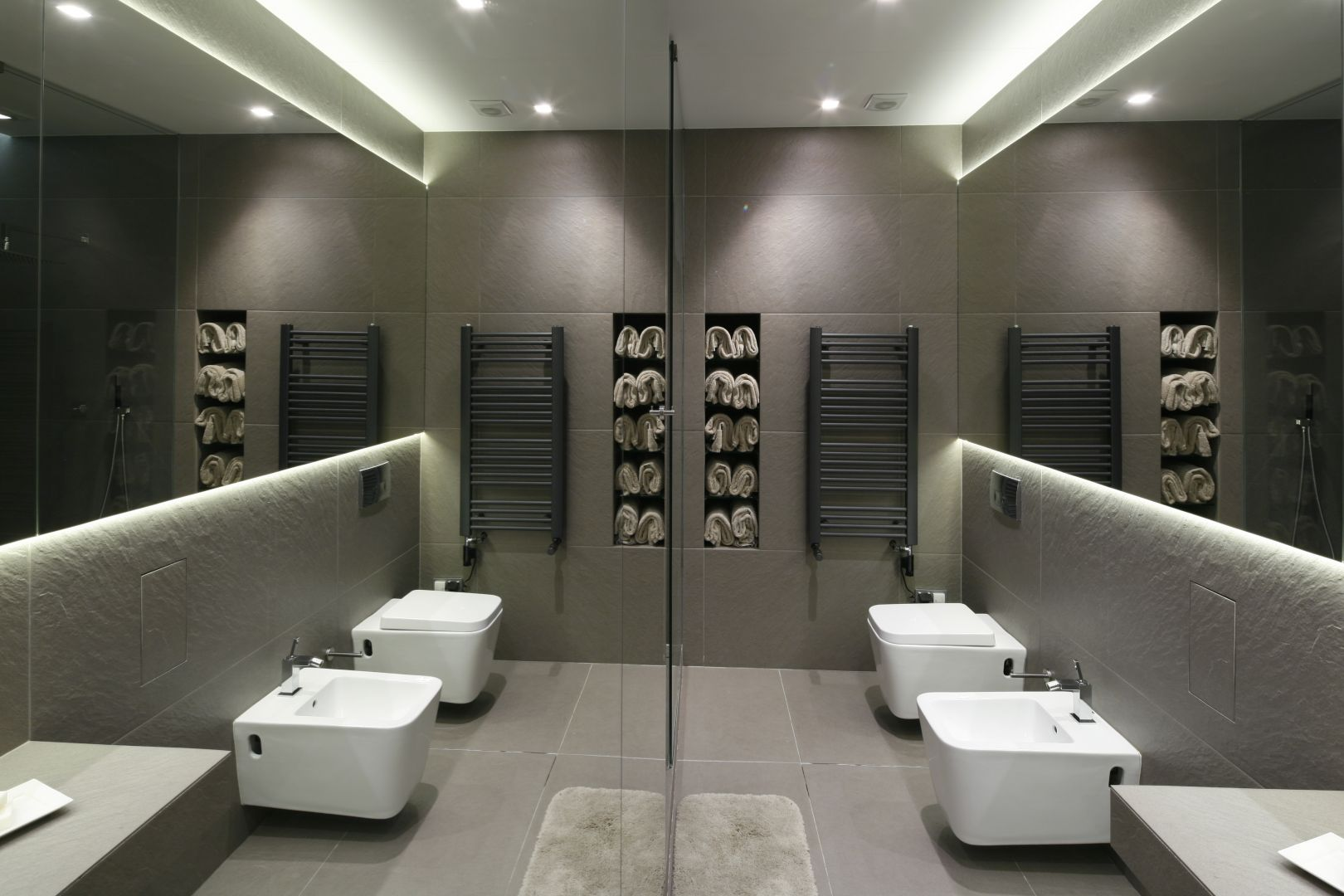 Szara łazienka w minimalistycznym stylu. Proj. Magdalena Muc, Joanna Scott. Fot. Bartosz Jarosz