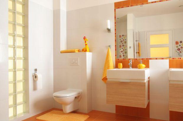 Jasne, nieinwazyjne kolory ścian i biały sufit – taki schemat kolorystyczny jeszcze do niedawna wiódł prym wśród domowych aranżacji łazienek. Dziś chętniej pozwalamy sobie na zapraszanie barw do naszych mieszkań, a kontrastujące zestawienia