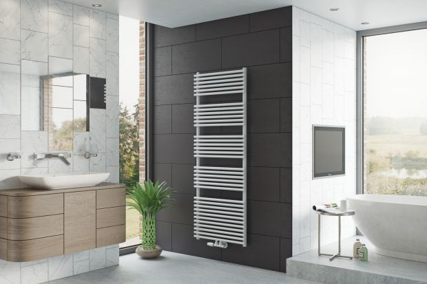 Ręcznik w łazience często pełni więcej niż jedną funkcję. Oprócz ogrzewania pomieszczenia staje się również suszarką na ręczniki, a nawet dekoracją wnętrza. W tej roli świetnie sprawdzą się grzejniki drabinkowe.