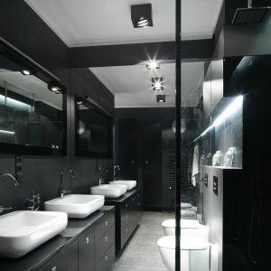 Łazienka dla dwojga z dwiema umywalkami i dwoma zestawami prysznicowymi w strefie prysznica. Proj. Maciejka Peszyńska-Drews. Fot. Bartosz Jarosz