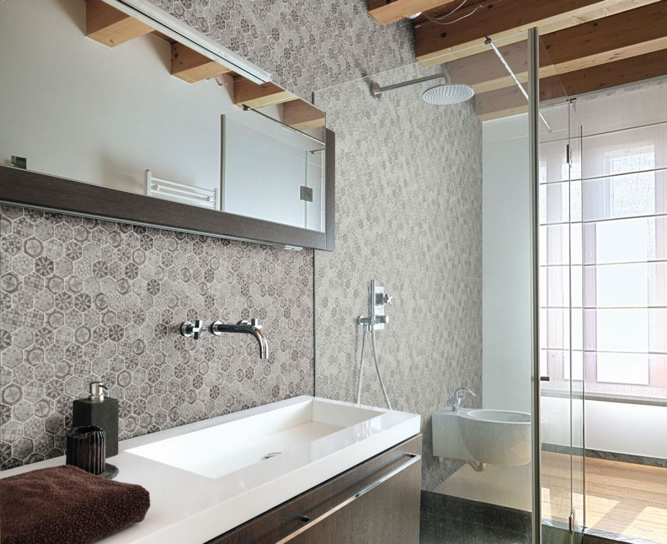 Ściana w strefie umywalki wykończona szklaną mozaiką z kolekcji Ink marki Alttoglass. Fot. Alttoglass