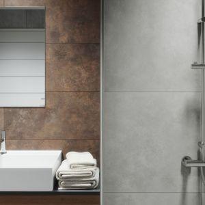 Ściana w strefie umywalki wykończona płytkami z efektem rdzawego metalu z kolekcji Apenino Rust marki Cerrad. Fot. Cerrad