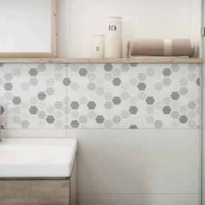 Płytki z motywem heksagonów z kolekcji Muzi marki Cersanit na ścianie w strefie umywalki. Fot. Cersanit
