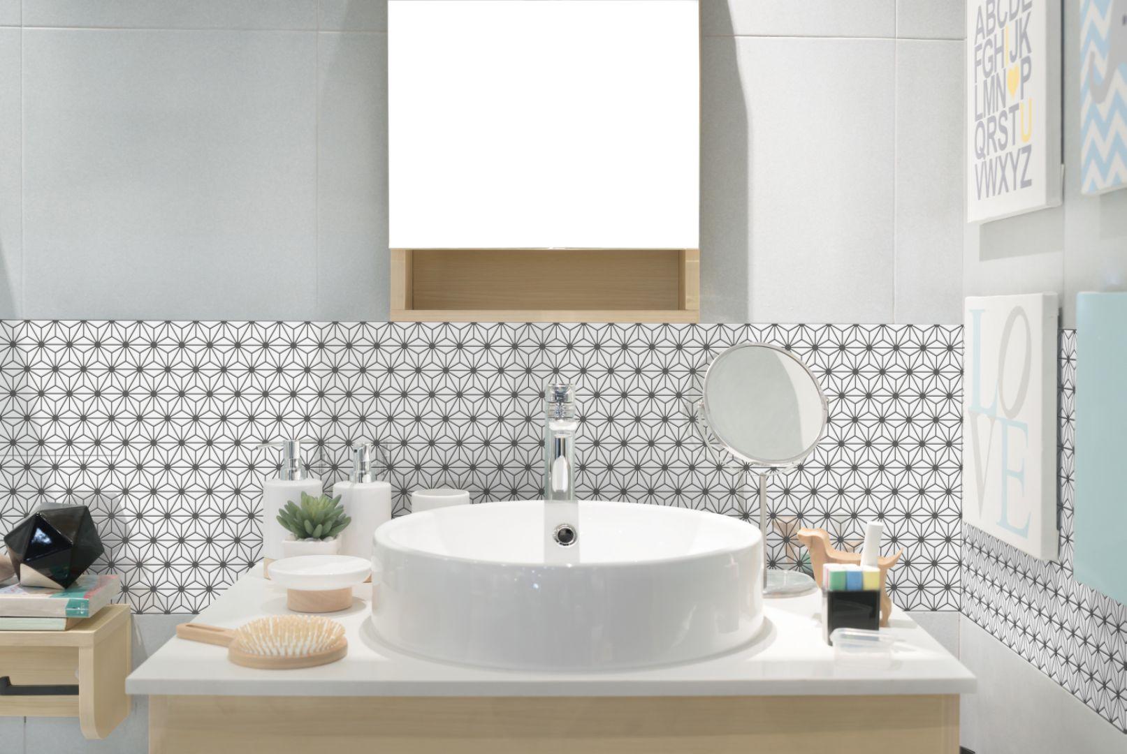 Drobna mozaika z kolekcji Constellation marki Raw Decor wieńczy ścianę w strefie umywalki. Fot. Raw Decor