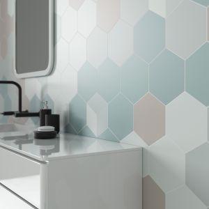 Płytki jak heksagony z kolekcji Esagon marki Ceramika Paradyż na ścianie w strefie umywalki. Fot. Ceramika Paradyż