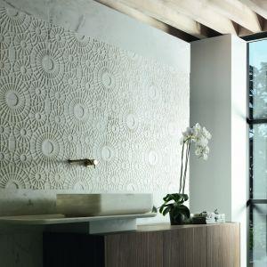 Kamienne płytki Merletto marki Kreoo o trójwymiarowym wzorze wieńczą ścianę w strefie umywalki. Fot. Kreoo