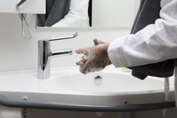 Łazienka przystosowana do potrzeb osób z niepełnosprawnością powinna spełniać pewne ważne kryteria, tak aby była funkcjonalna i bezpieczna.