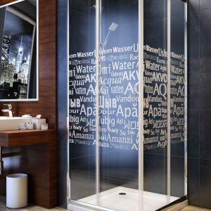 Kabina prysznicowa Nigra w wersji Water marki Aquaform z typograficznym wzorem. Fot. Aquaform