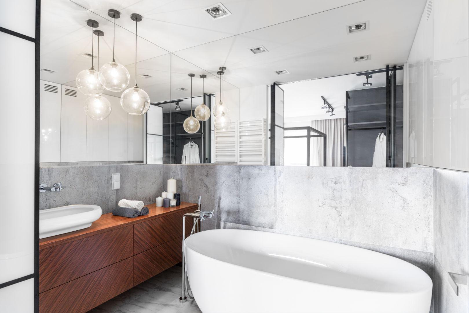 Sąsiadujący z sypialnią salon kąpielowy został urządzony w stylistyce łączącej ponadczasową elegancję z elementami stylu loft. Proj. Decoroom. Fot. Pion Poziom