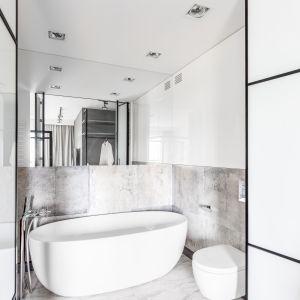 Do salonu kąpielowego prowadzą przesuwne drzwi z czarnymi, kontrastującymi szprosami. Proj. Decoroom. Fot. Pion Poziom