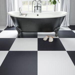 Czarno-biała łazienka z płytkami z kolekcji Cambia w matowym wykończeniu. Fot. Cerrad