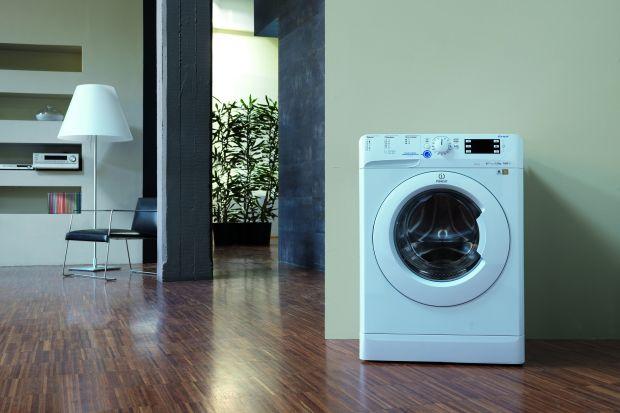 """Skąd się bierze brzydki zapach z wnętrza pralki? Jak jemu zapobiec? Co zrobić, jeżeli już dopuściliśmy do sytuacji, w której pralka emituje brzydkie """"aromaty""""? Przeczytajcie przydatny poradnik."""