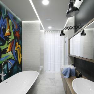 Ściana w łazience zaprojektowanej dla dwójki nastolatek została pokryta prawdziwym muralem wykonanym przez grafficiarza. Proj. Dariusz Grabowski. Fot. Bartosz Jarosz