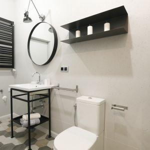 Aby dodać łazience surowego, industrialnego klimatu ścianę wykończono płytą OSB, którą następnie pomalowano szarą farbą. Proj. Katarzyna Moraczewska, Barbara Przasnyska. Fot. Bartosz Jarosz