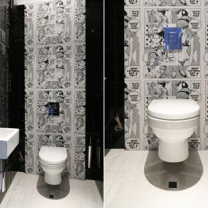 Ścianę w czarno-białej toalecie wykończono fototapetą z mangowym motywem. Proj. Magdalena Smyk. Fot. Bartosz Jarosz