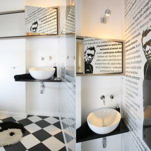 Ścianę w łazience zdobi fototapeta z wizerunkiem aktora Steve'a McQueena otoczonym tekstem Desideraty. Proj. Marta Kruk. Fot. Bartosz Jarosz