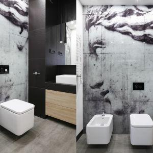 Motywy klasyczne połączone z fakturą betonu na płytach tworzących wielkoformatowy obraz zdobią ścianę w strefie w.c. Proj. Karolina Stanek-Szadujko, Łukasz Szadujko