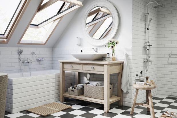 Poddasze to wyjątkowo urokliwe miejsce na urządzenie łazienki. Zobaczcie projekt w romantycznym stylu, wyposażony w komplet baterii.