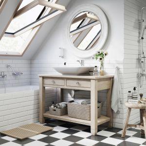 Aranżacja łazienki na poddaszu. Na zdjęciu zestaw natryskowy z deszczownicą Squerto Lux oraz baterie z serii Algeo. Fot. Ferro