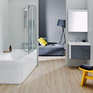 Wanna z Konceptu 10 stopni została wyprofilowana tak, aby nie zajmować zbędnego miejsca w małej łazience. Zintegrowana z parawanem pozwala cieszyć się urokami różnych kąpieli. Fot. Ravak
